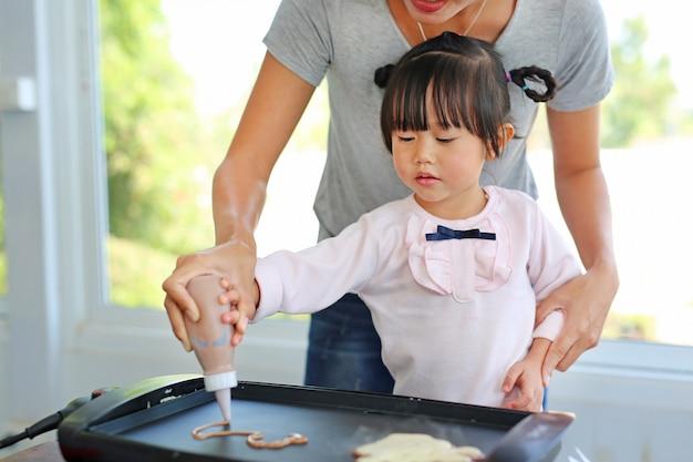 Mãe, ajudando, dela, filha, despeje, a, misturado, farinha, ligado, a, panela, fazer, pancake