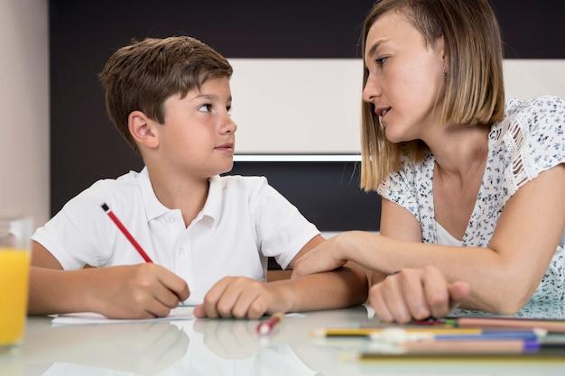Mãe, ajudando o filho com a lição de casa