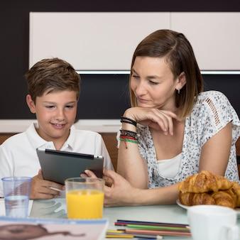 Mãe ajudando seu filho a terminar a lição de casa