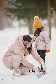 Mãe ajudando sua filha a colocar seus céus