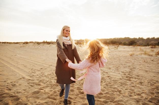Mãe alegre, brincando com sua filha