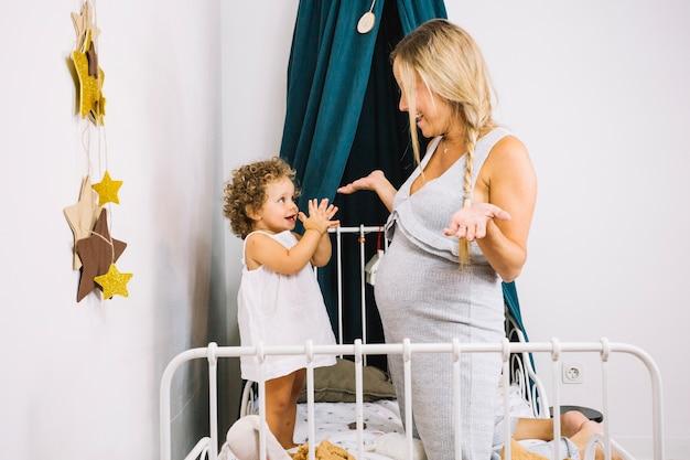 Mãe alegre e bebê