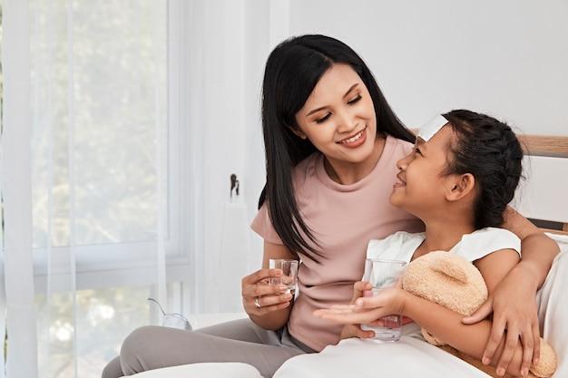 Mãe, alimentação, xarope, medicina, pequeno, menina