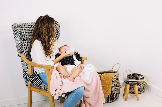Mãe alimentando bebê em viveiro
