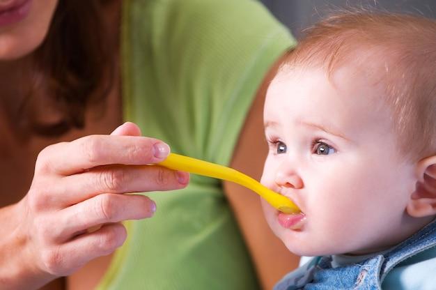 Mãe alimentando bebê faminto