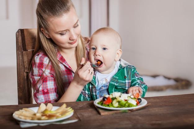 Mãe alimentando criança. primeiro alimento sólido para criança.