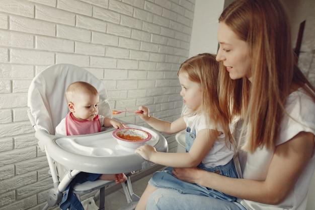 Mãe alimentando seu bebê em uma cozinha