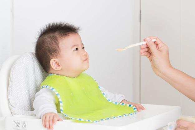 Mãe, alimento alimentação, para, feliz, criança bebê asiático, menino