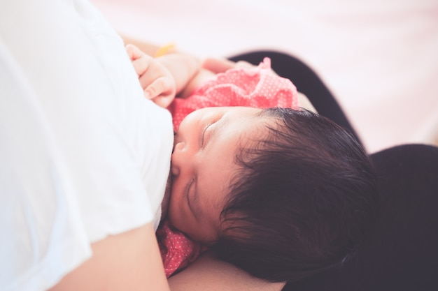 Mãe amamentando seu bebê recém-nascido.