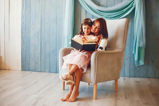 Mãe amorosa com a filha
