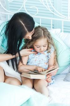 Mãe amorosa, lendo uma história de boa noite para seu filho