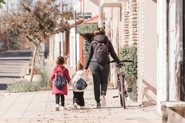 Mãe, andar, crianças, para, escola