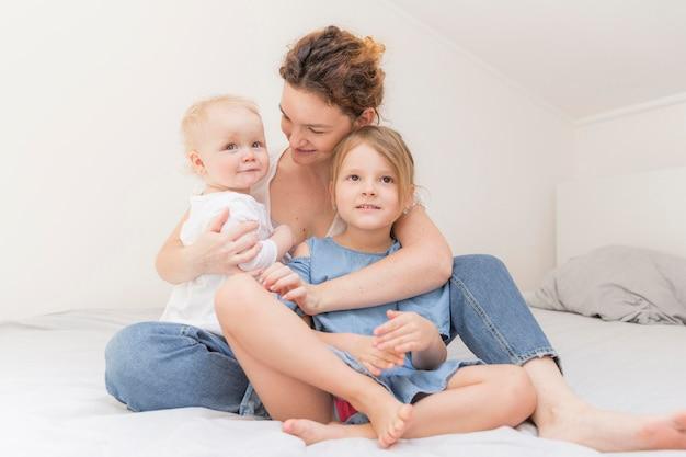 Mãe, aproveitando o tempo com os filhos em casa