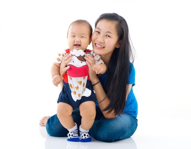 Mãe asiática, brincando com o menino