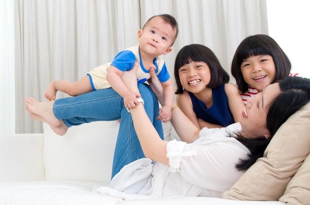 Mãe asiática, brincando com seus filhos
