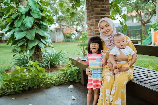 Mãe asiática muçulmana e seu filho