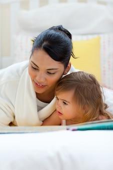 Mãe atenta lendo com sua filha