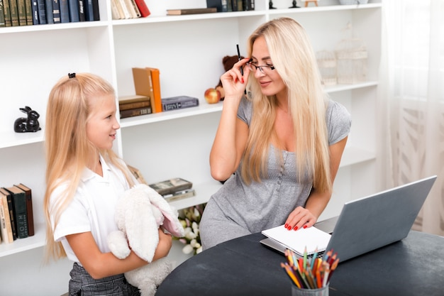Mãe atraente se comunica com sua doce filha