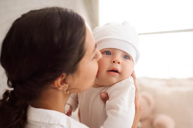 Mãe beijando a criança