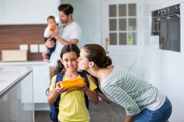 Mãe, beijando, filha, desgastar, saco escola
