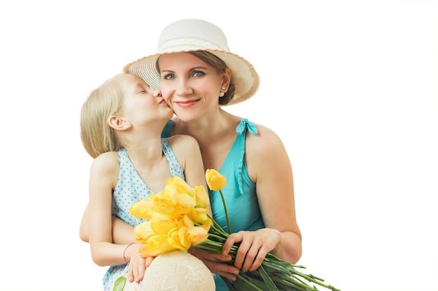 Mãe beijando filha isolada no branco