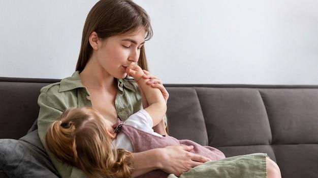Mãe beijando filha mão