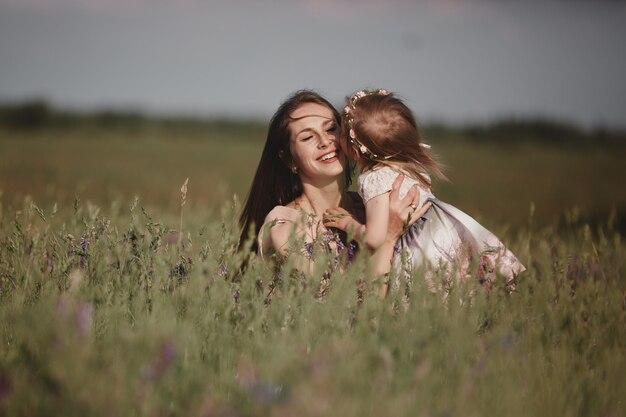 Mãe bonita e sua filha pequena ao ar livre. natureza. retrato ao ar livre da família feliz. beleza mãe e seu filho jogando juntos no parque. feliz dia das mães alegria. mãe e bebê