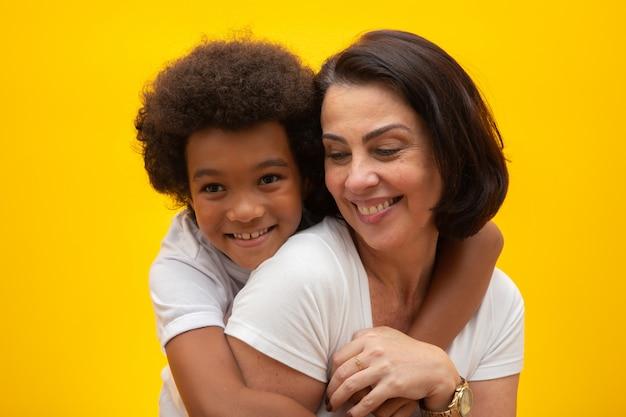 Mãe branca com filho preto. adoção respeito social, cor da pele, inclusão.