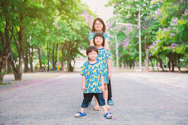 Mãe brinca com as crianças no parque.