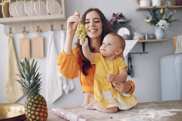 Mãe, brincando com a filha em casa