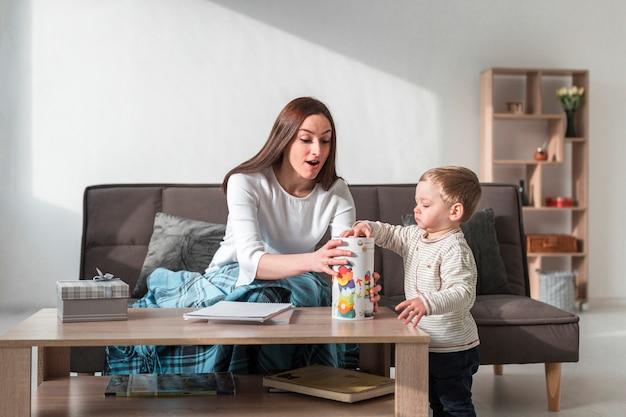 Mãe brincando com bebê em casa