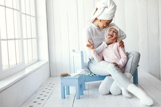 Mãe brincando com cosméticos com a filha