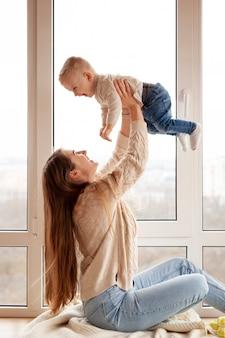 Mãe brincando com filho pequeno