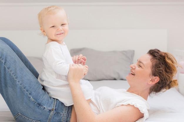 Mãe brincando com menina bonitinha