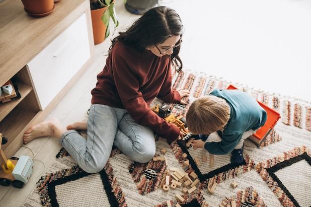 Mãe brincando com o filho em casa