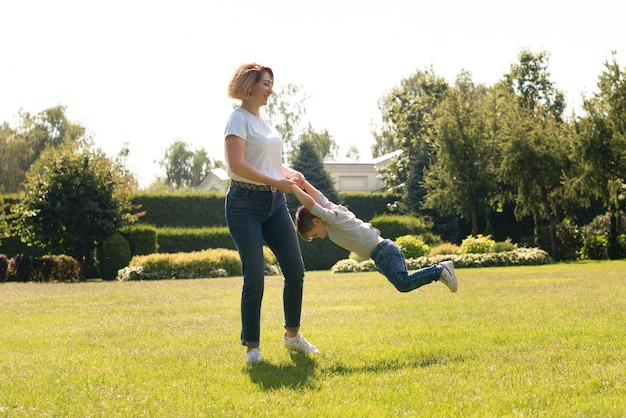 Mãe brincando com o filho no parque
