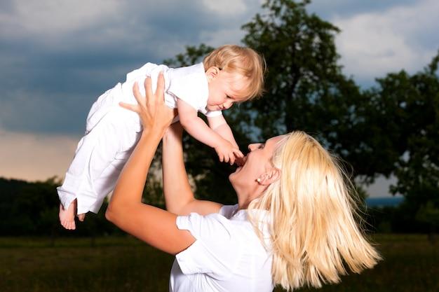 Mãe brincando com seu bebê ao ar livre