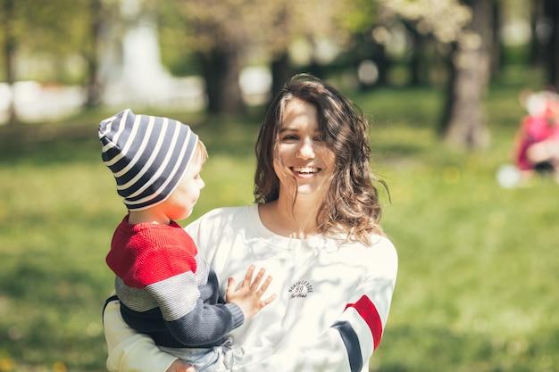 Mãe caminha com o filho no parque