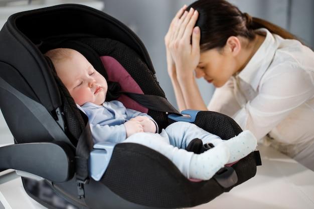 Mãe cansada e filho adormecido