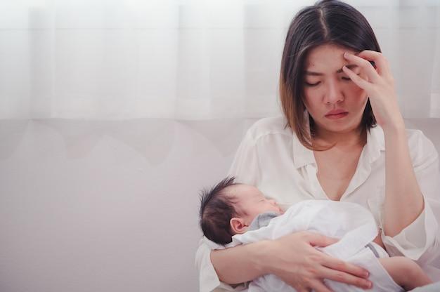 Mãe cansada, sofrendo de depressão pós-natal. cuidados de saúde mãe solteira maternidade estressante.