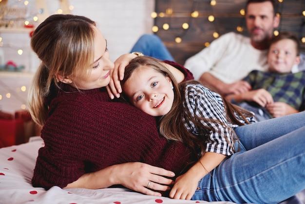 Mãe carinhosa abraçando a filha
