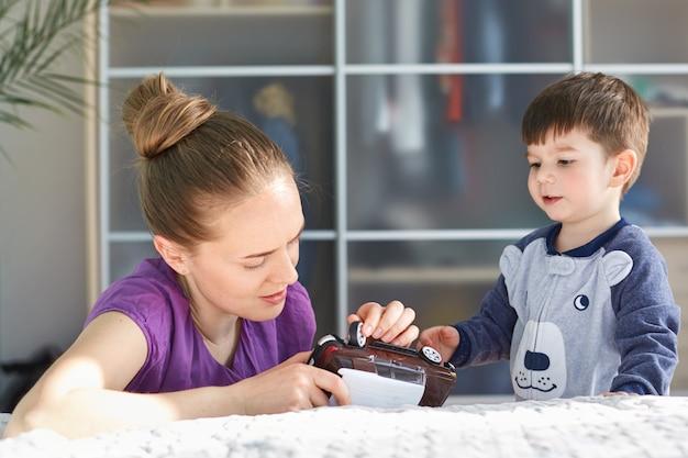 Mãe carinhosa tenta consertar carro de brinquedo