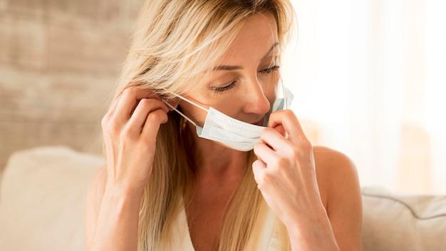 Mãe colocando máscara médica para proteção