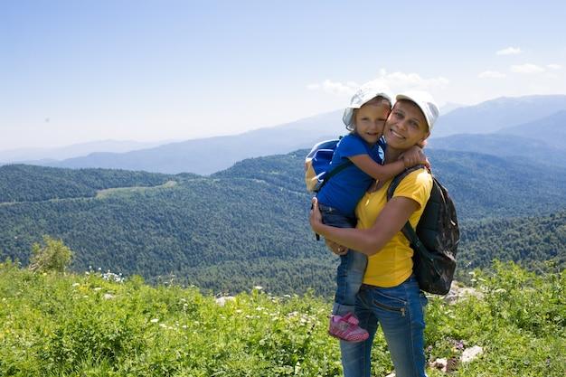 Mãe com a filha de uma menina viajando pelas montanhas