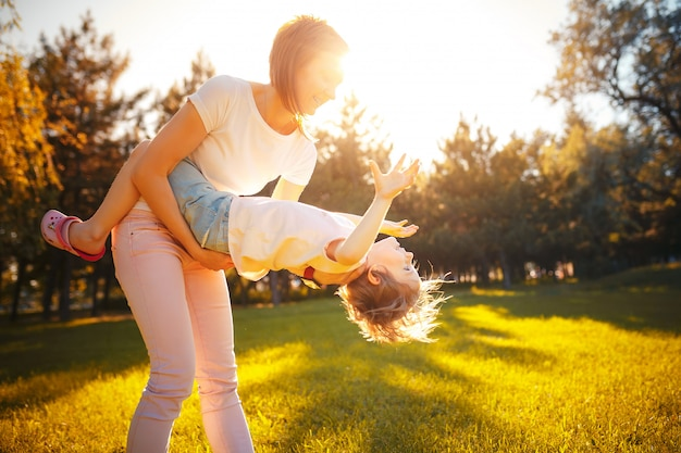 Mãe com a filha na floresta