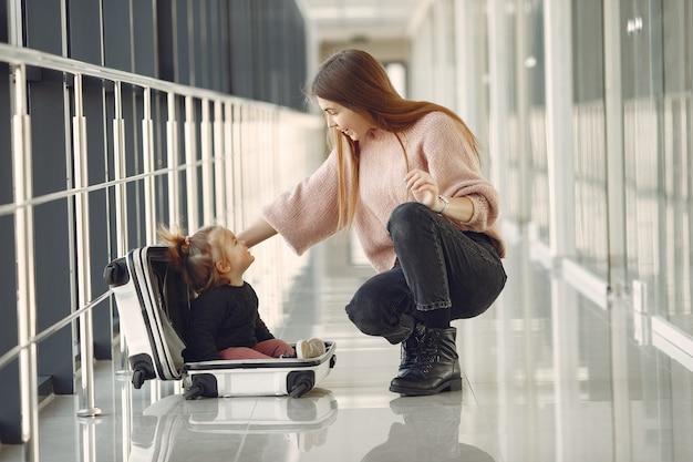 Mãe com a filha no aeroporto