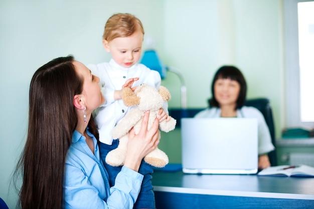 Mãe com a filha no consultório médico