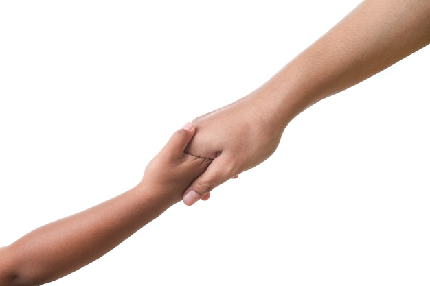 Mãe com as mãos segurando a mão do bebê, o conceito de afeto contra um fundo branco