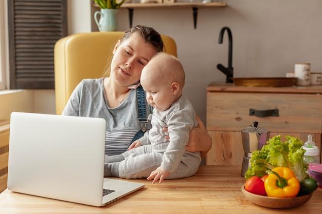 Mãe com bebê em casa