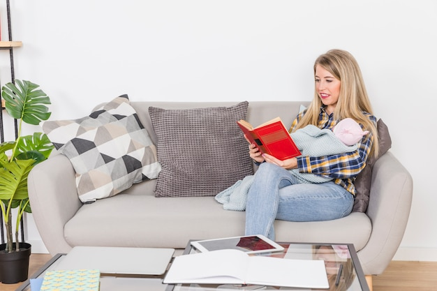 Mãe, com, bebê, livro leitura
